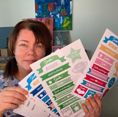 Karin visar upp nya tags and labels för grattiskort